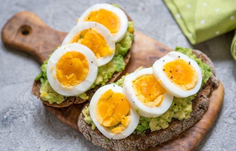 Torradas de abacate com ovos cozidos