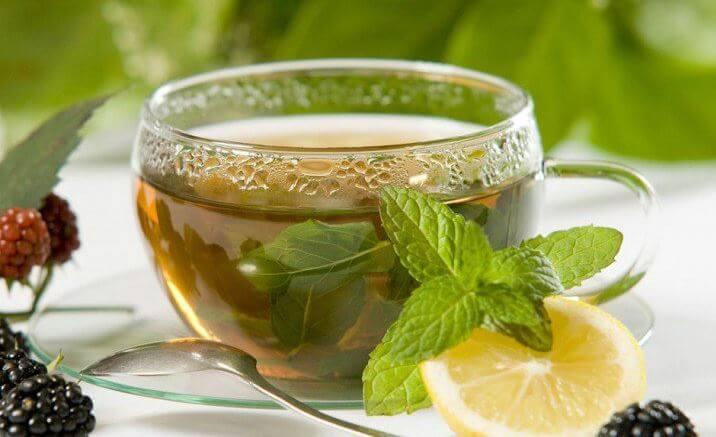 Xícara de chá com rodela de limão