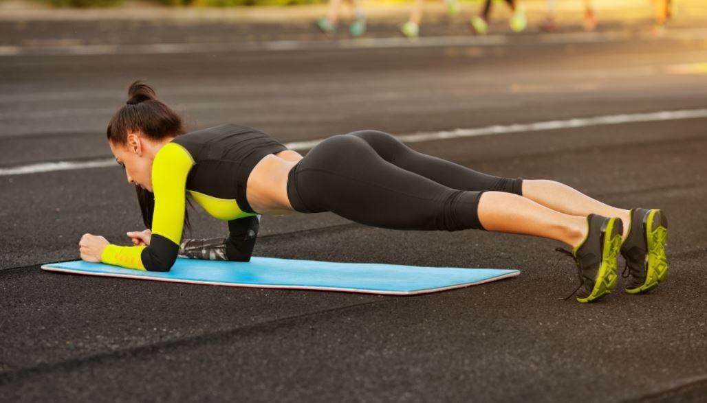 Mulher fazendo o exercício pranha