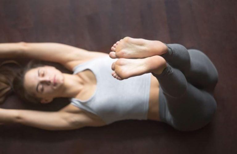 Mulher fazendo abdominais com as pernas levantadas