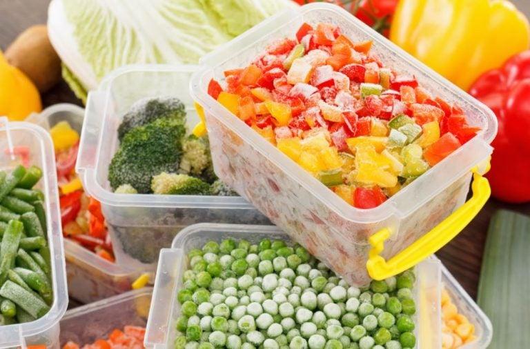 Vários alimentos congelados em potes
