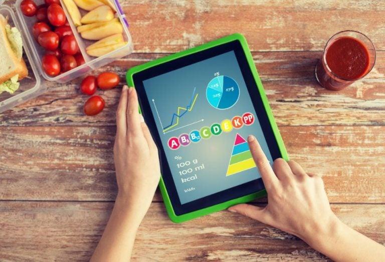 Pessoa mexendo em aplicativo para controlar as calorias que consume