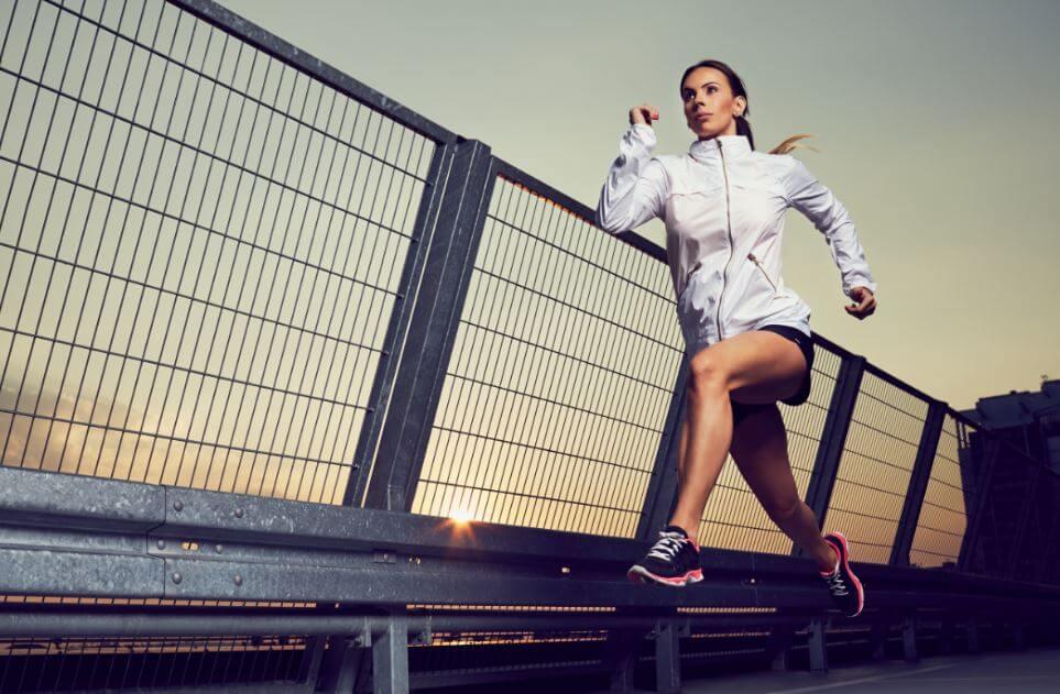 Mulher correndo rápido