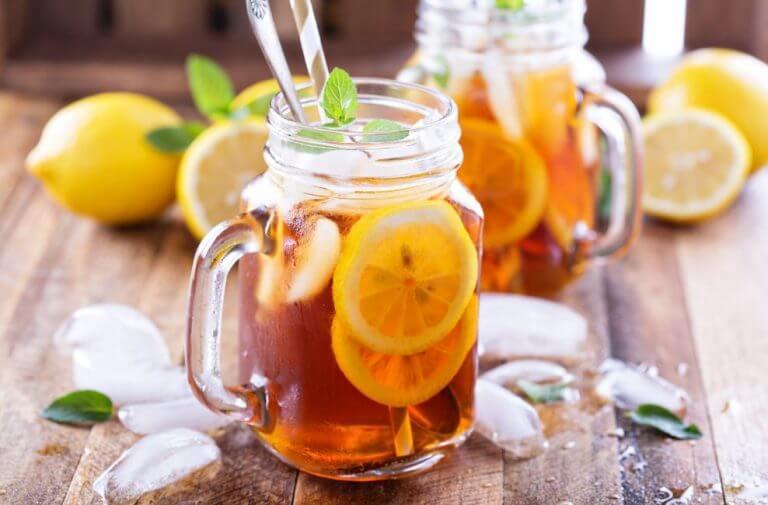 Chá gelado com rodelas de limão em uma jarra