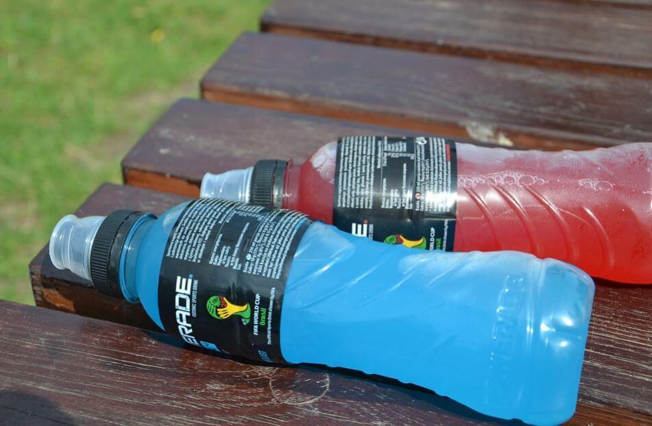Duas garrafas de bebidas isotônicas para atletas