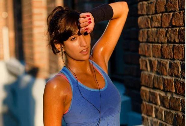Mulher muito suada fazendo exercício físico
