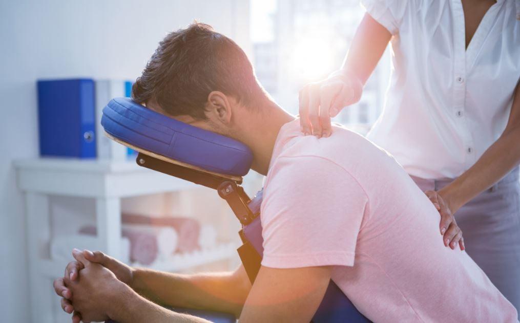Menino recebendo uma quick massage na cadeira de massagem
