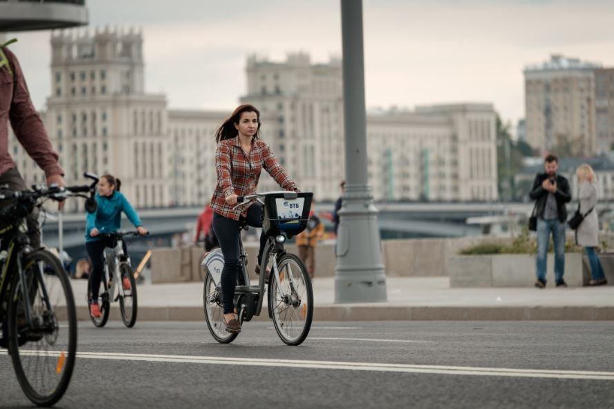 Garota andando de bicicleta na cidade