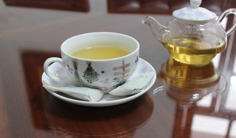 Um bule e uma xícara de chá