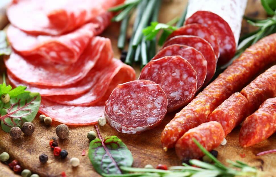Vários embutidos como salames e linguiças