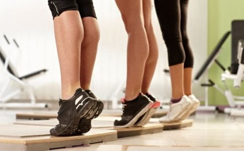 mulheres fazendo exercício para treinar as panturrilhas