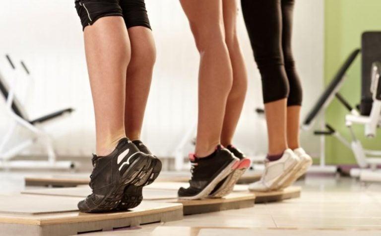 Alunos treinando panturrilha em uma aula fitness