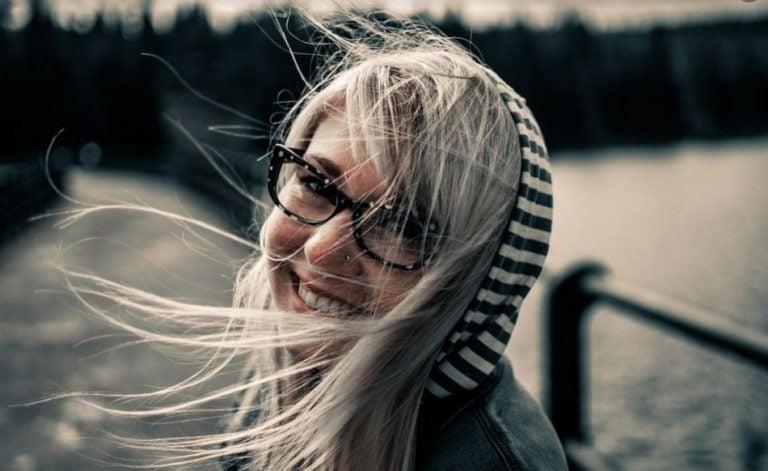 Mulher sorrindo em uma ventania