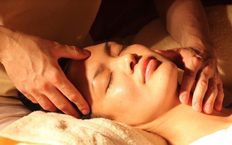 Mulher recebendo massagem para dor de cabeça