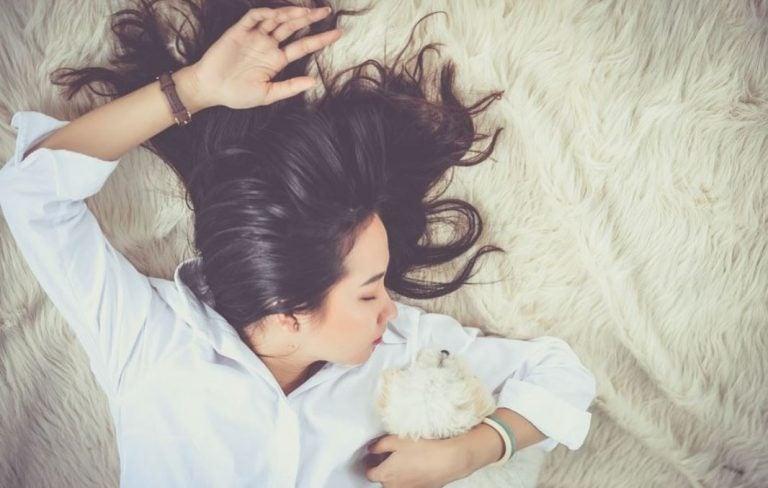 Mulher dormindo no tapete com roupa de trabalho