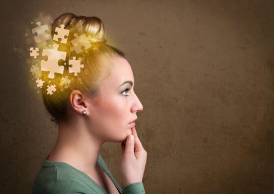 menina pensando com peças de quebra cabeça