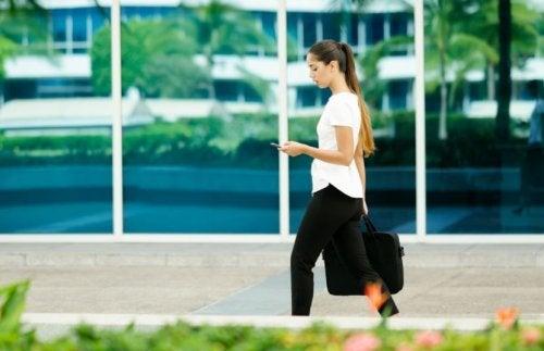 Mulher caminhando para o trabalho