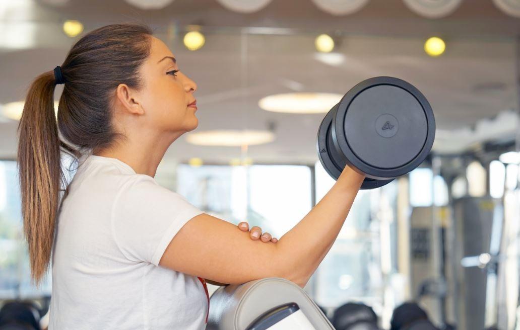 Exercícios para os bíceps com halteres