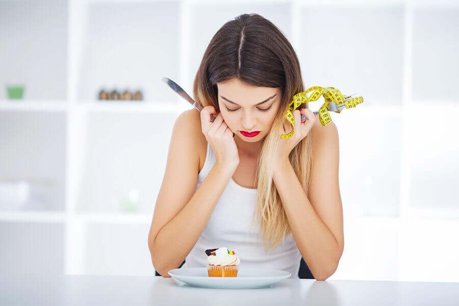 Mulher sofrendo com hábitos nutricionais