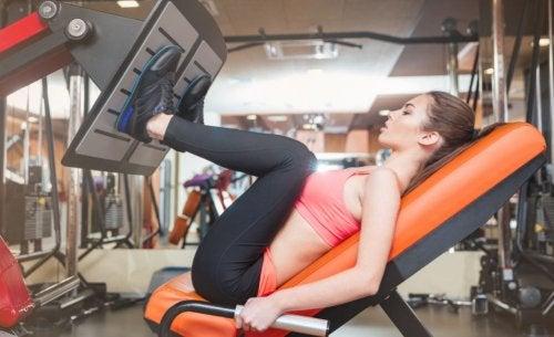 mulher treinando pernas