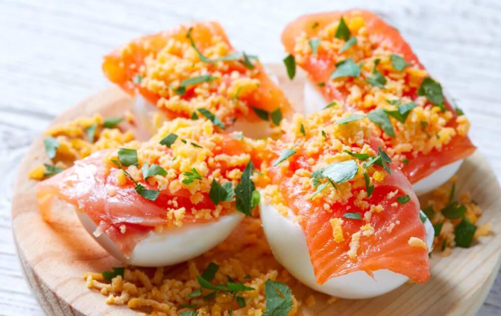 Ovos recheados com salmão
