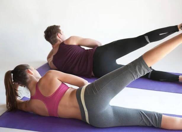 Duas pessoas fazendo pilates em casal