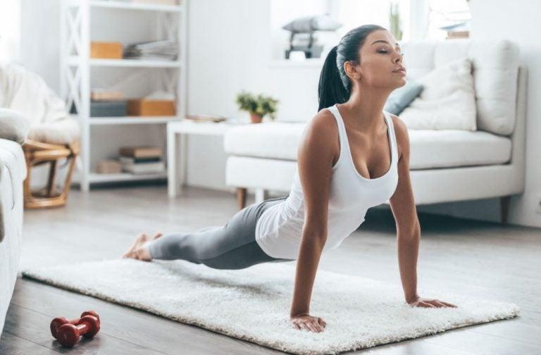 Mulher fazendo postura de yoga em casa