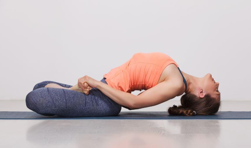 5 posturas de Yoga que você pode fazer em casa para dores nas costas