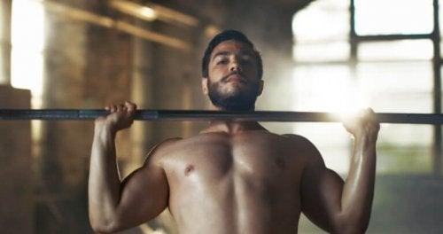 Desenvolvimento de ombros: como fazer e malhar ombros, peitos e braços