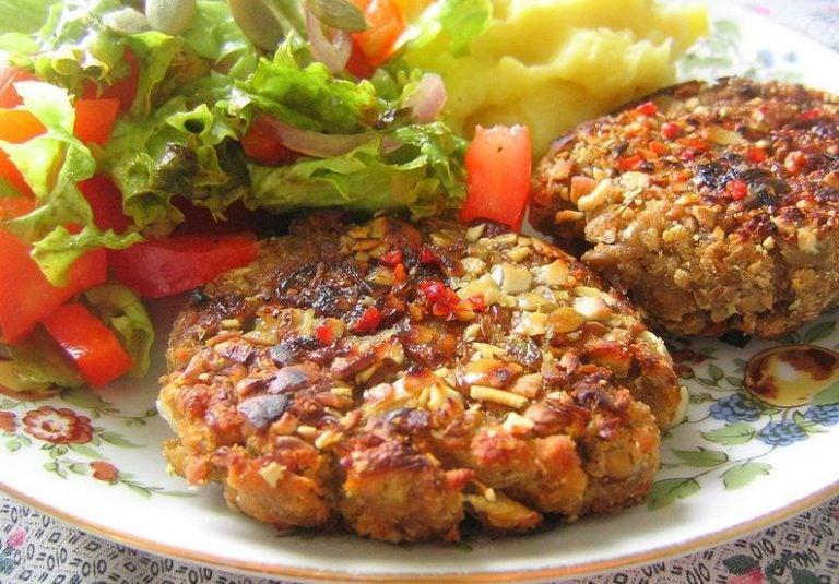 Hambúrguer de lentilha com purê de batata e salada
