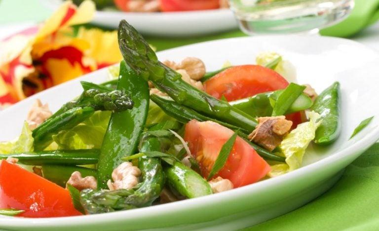Salada com tomates, nozes, aspargos, folhas e azeite