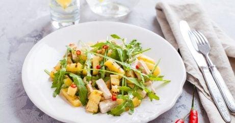 Prato de salada de frango com abacaxi