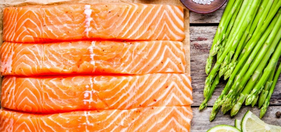 Vários pedaços de salmão com aspargos