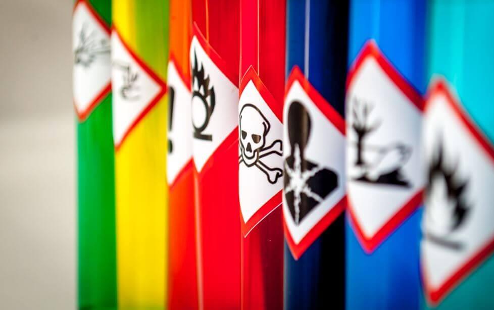 Recipientes com avisos de toxicidade
