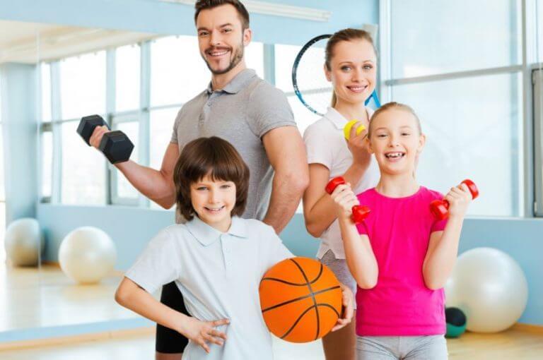 Uma família fazendo exercício juntos