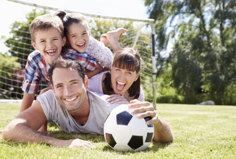 Família jogando futebol