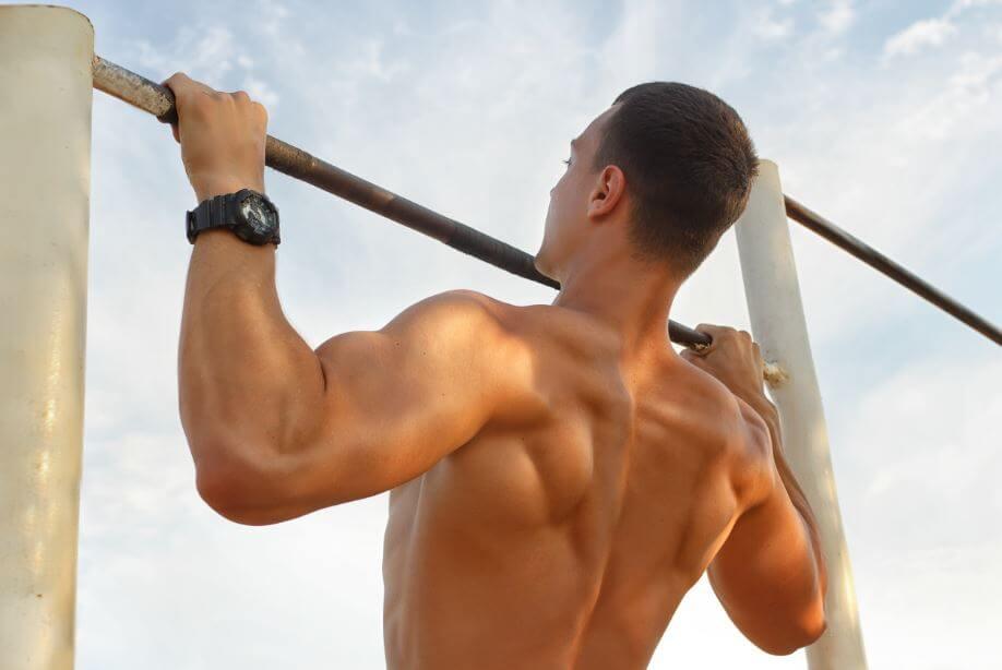 Homem fazendo treino com barras
