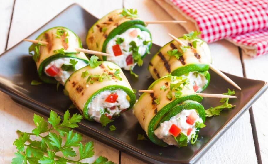 Aperitivos de baixa caloria: Rolinhos de abobrinha e queijo