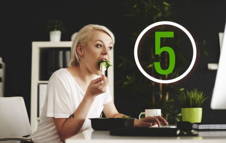 Mulher comendo salada em um restaurante