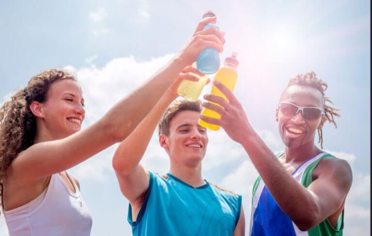 O que são as bebidas isotônicas e como você pode adicioná-las à sua dieta?