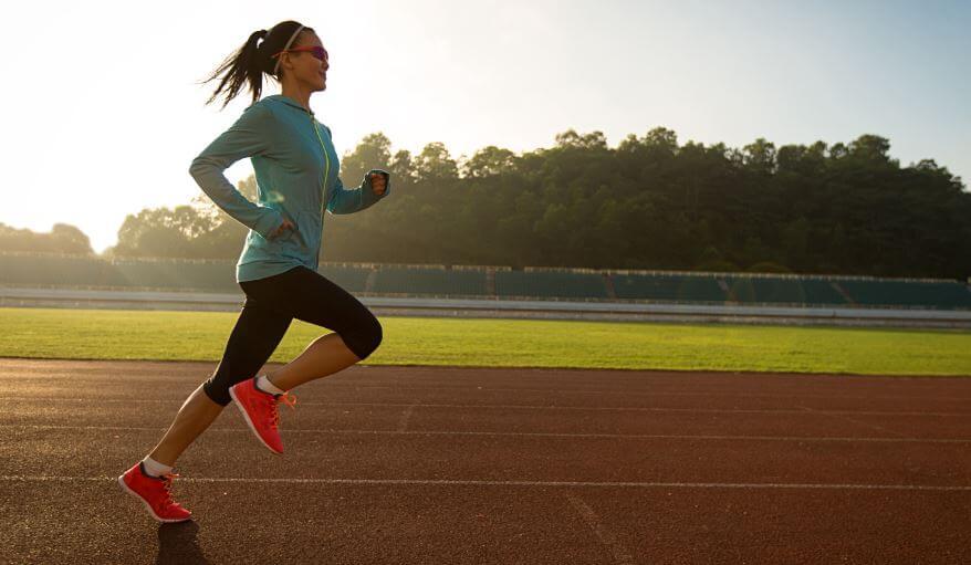 Mulher correndo em uma pista de corrida