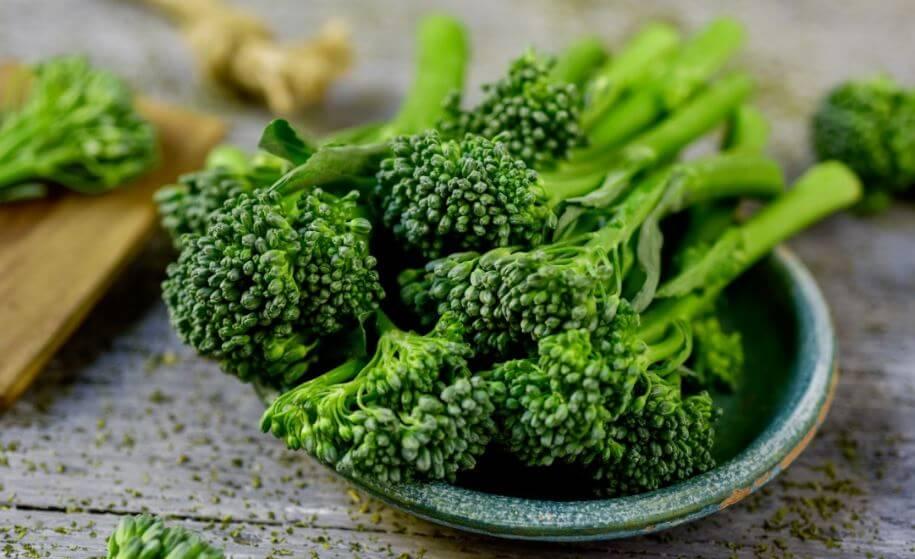 broccolinis em uma tigela