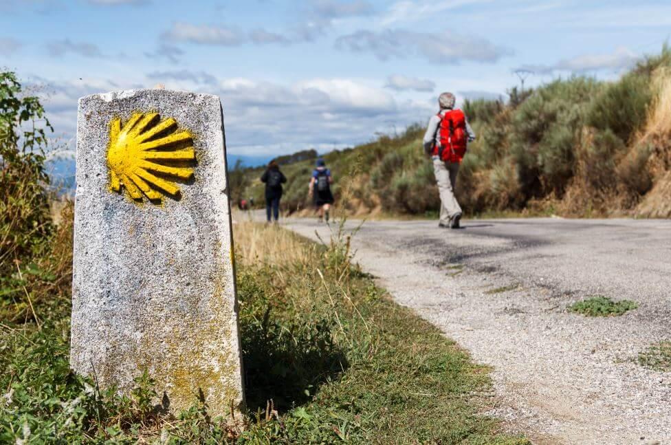 Pessoas percorrendo o caminho de santiago