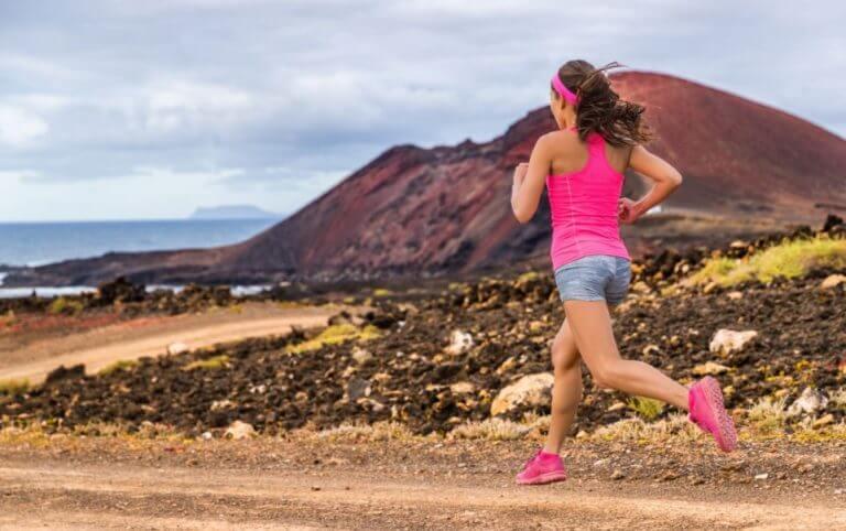 Menina correndo na montanha