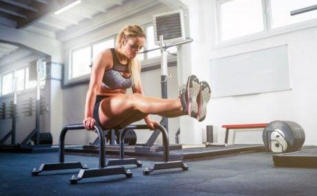 Mulher fazendo exercícios na academia