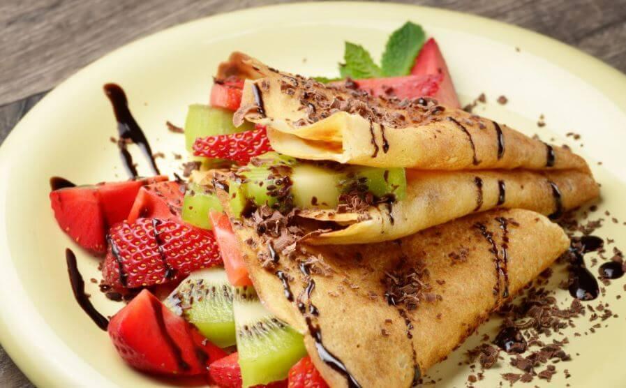 Crepe com calda de chocolate e frutas de sobremesa