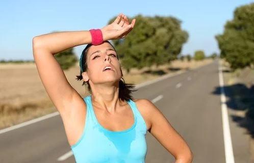 Mulher muito suada fazendo esportes ao ar livre