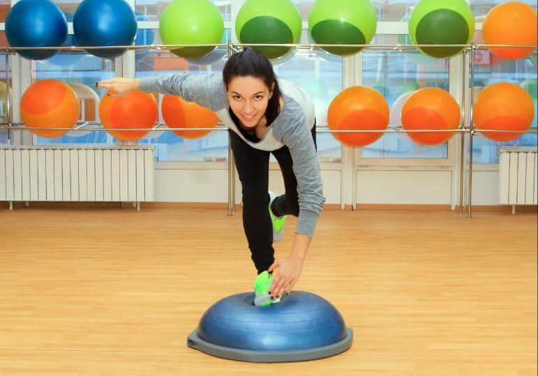 Menina fazendo exercício de equilíbrio