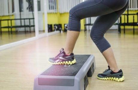 Mulher fazendo exercício com step