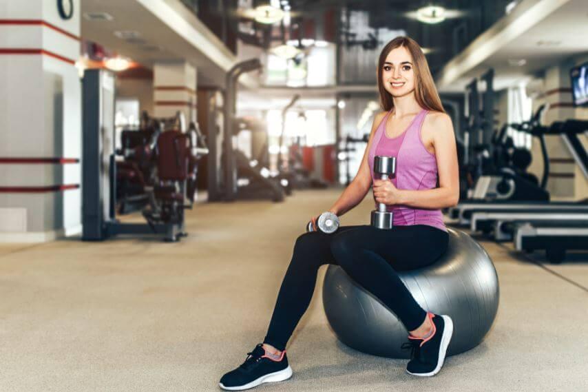 Um treino e dicas fitness para mulheres iniciantes